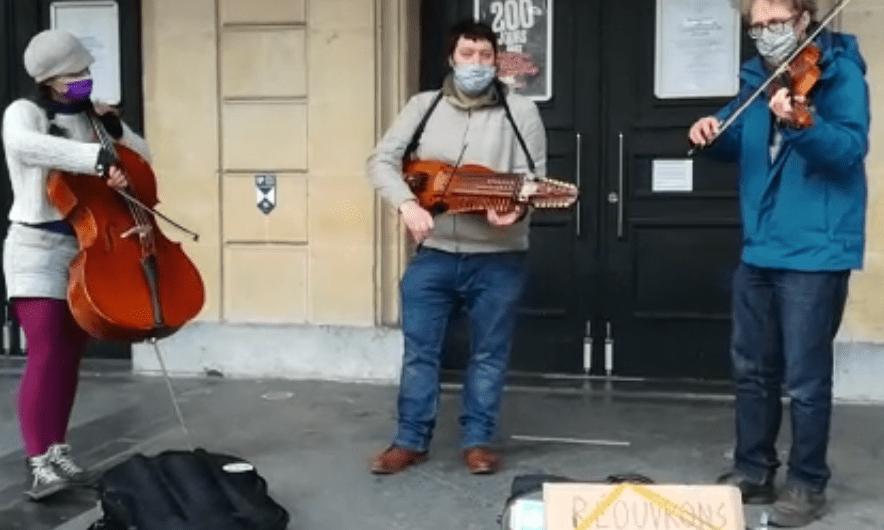 Bal folk sans danseur devant le Théâtre de Namur